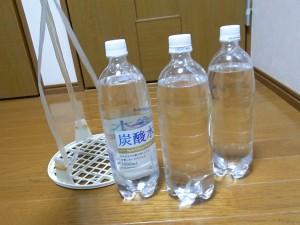 お盆とペットボトル1Lx3