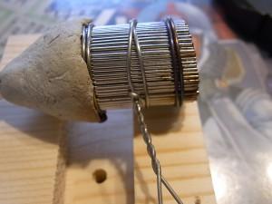 3本めの針金で固定します